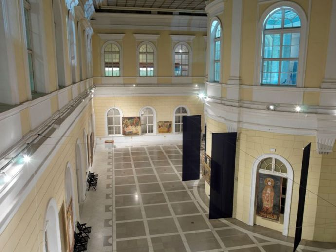By covering the central courtyard, the museum acquires a new depot and a hall for temporary exhibitions as well as other events.