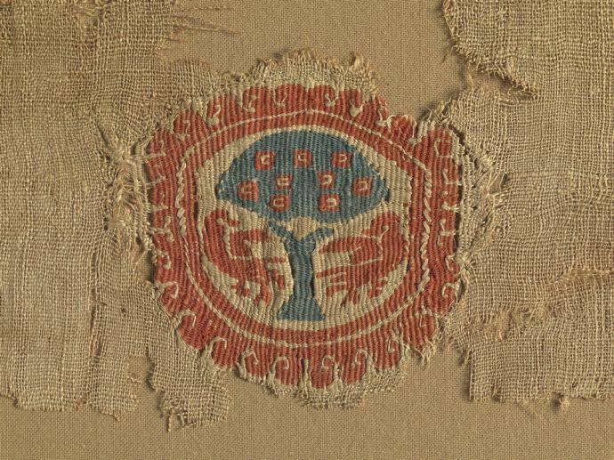 Koptska tkanina, tapiserija z motivom drevesa življenja, 6.–7. stoletje, lan in volna, hrani Narodni muzej Slovenije. Fotografija: Tomaž Lauko